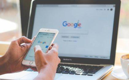 Personne faisant une recherche sur le moteur de recherches Google